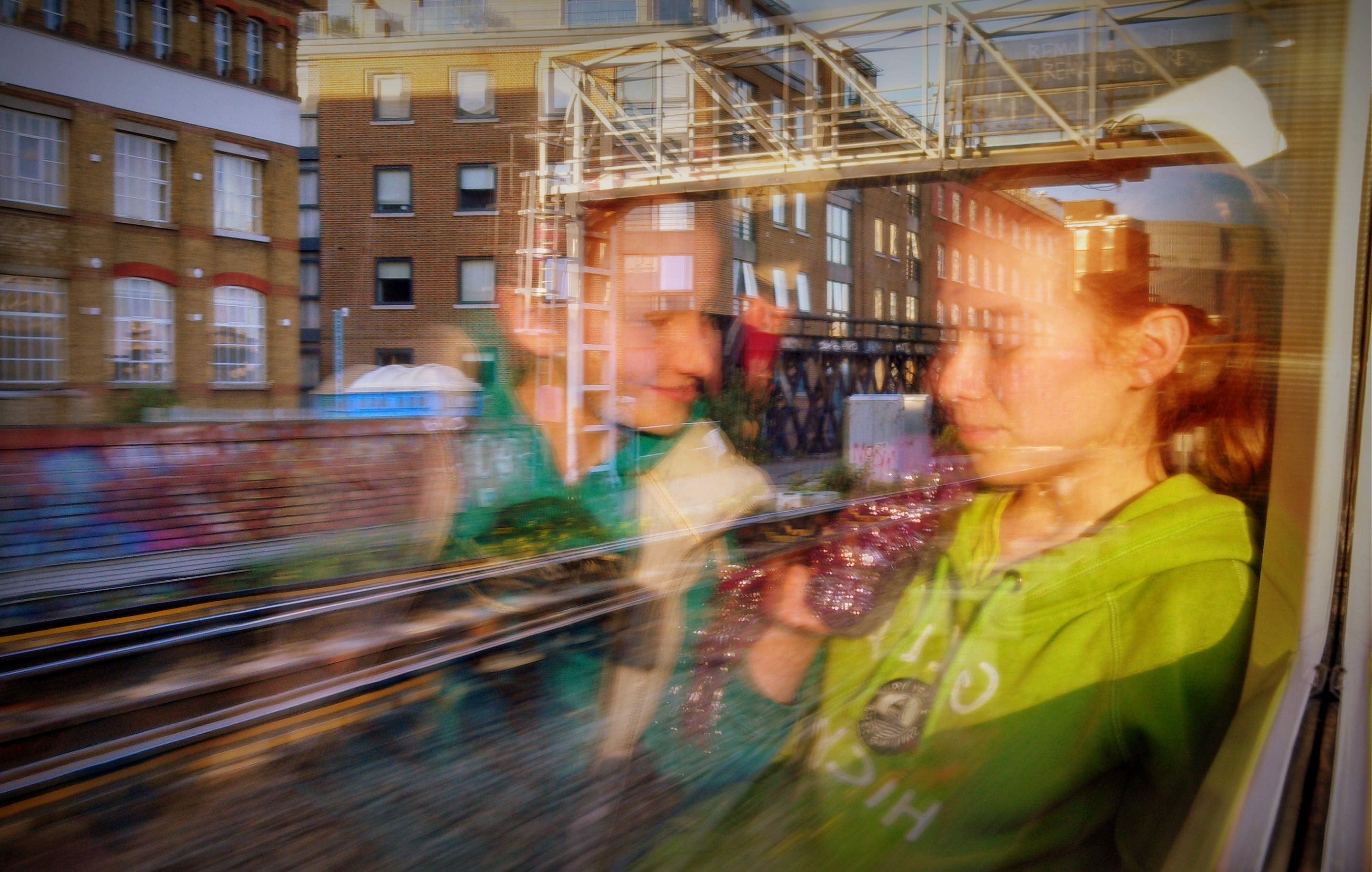 london street scenes sisters